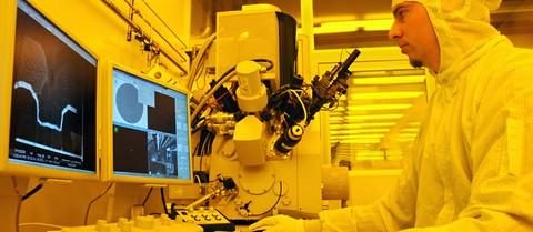 Im Kieler Nanolabor: Ein Forscher arbeitet an einer kombinierten Ionen-/Elektronenstrahllithographie-Anlage.